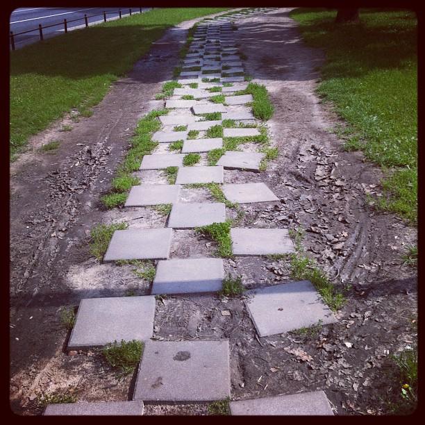 Тротуар в Варшаве. Пример плохого дизайна